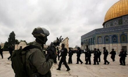 Les forces d'occupation prennent d'assaut la salle de prière de Bab al-Rahm