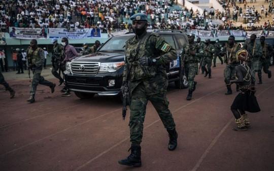 Le président Touadera, dans la rue à Bangui, appelle à aller voter (II)