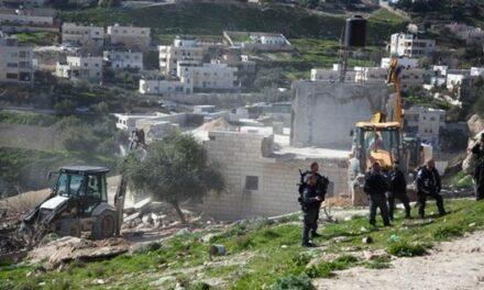 Des Jérusalémites empêchent les bulldozers d'occupation de raser leurs terres dans la vallée de Rababa