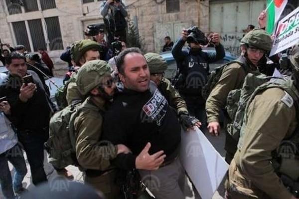 Les colons d'Hébron veulent la peau d'Issa Amro (Photos)