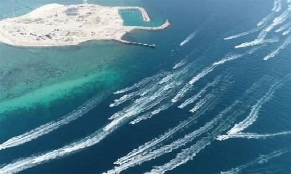 Pendant que Trump joue au Golf, 700 bateaux et navires militaires iraniens défilent dans le golfe