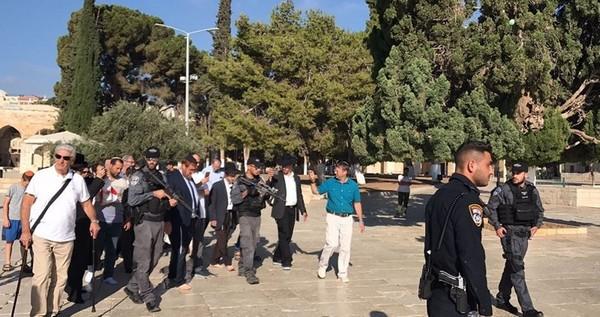L'extrémiste «Glick» et des dizaines de colons prennent d'assaut Al-Aqsa
