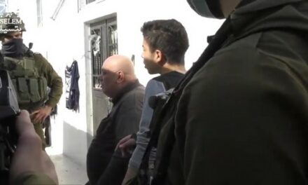 Routine d'occupation: les soldats israéliens harcèlent à nouveau la famille Da'na chez eux à Hébron