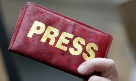 Emmanuel Macron célèbre la liberté de la presse dans le monde… en oubliant ses limites en France
