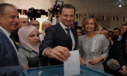 Le candidat à la présidentielle Dr Bachar al-Assad et son épouse donnent leurs voix aux élections présidentielles dans la ville de Douma dans la banlieue de Damas