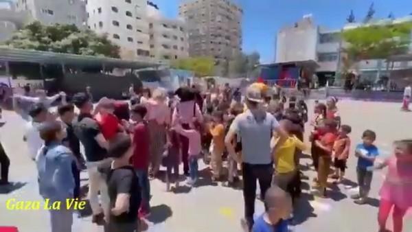 Une séance d'animation et de soutien psychologique pour les enfants de Gaza déplacés dans les écoles