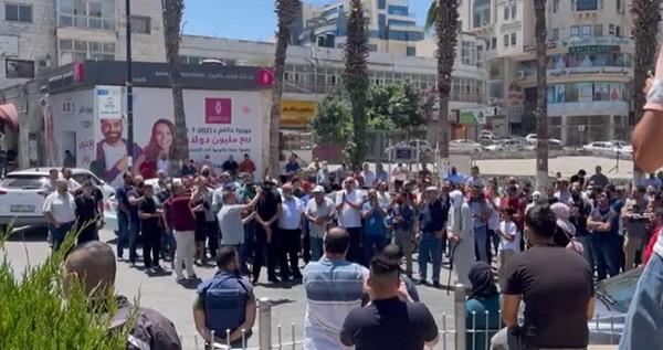 Un stand condamnant l'assassinat de «Banat» à Ramallah
