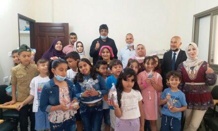 Les jeunes et les parents distribuent des jouets et des cadeaux aux enfants de Gaza