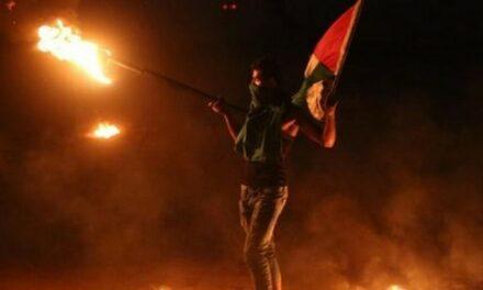 Des militants encerclent de flammes un avant-poste colonial